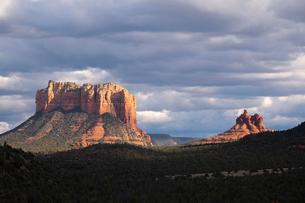 Cloudscape over scenic landscapes, Sedona, Arizona, USAの写真素材 [FYI03622394]