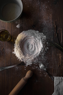 Flour pile on wooden tableの写真素材 [FYI03622484]