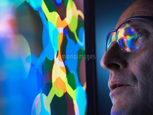 Scientist understanding the design of a molecular structure on computer screen in laboratoryの写真素材 [FYI03622601]
