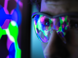 Student understanding the design of a molecular structure on computer screen in laboratory, close upの写真素材 [FYI03622604]