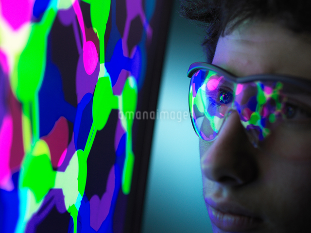 Student understanding the design of a molecular structure on computer screen in laboratoryの写真素材 [FYI03622605]