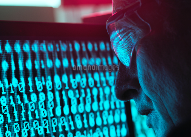 Cyber Security, Man looking at computer screen which is being infected by a virusの写真素材 [FYI03622610]