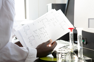 Young female scientist looking at results in laboratory, croppedの写真素材 [FYI03622624]