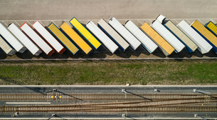 Trailers parked before being loaded onto ferry to UK, overhead view, Hook of Holland, Zuid-Holland,の写真素材 [FYI03622710]