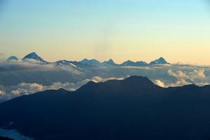 Layer of clouds near top of mountain range, Saas-Fee, Valais, Switzerlandの写真素材 [FYI03622716]
