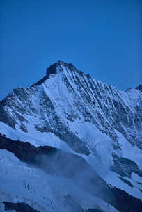 Snow capped mountain ridge, Saas-Fee, Valais, Switzerlandの写真素材 [FYI03622748]