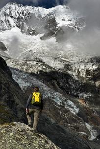 Hiker enjoying walk, Saas-Fee, Valais, Switzerlandの写真素材 [FYI03622757]
