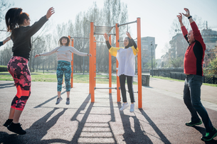 Calisthenics class at outdoor gym, man and women jumpingの写真素材 [FYI03622962]