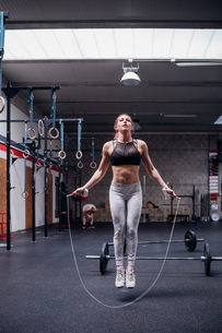 Young woman in gym skipping, full lengthの写真素材 [FYI03623120]