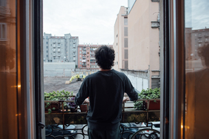 Man in deep thought on balconyの写真素材 [FYI03623191]