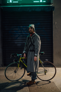 Bearded young man with bicycle on pavementの写真素材 [FYI03623234]