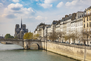 Scenic waterfront view of Notre Dame Cathedral, Paris, Franceの写真素材 [FYI03623718]