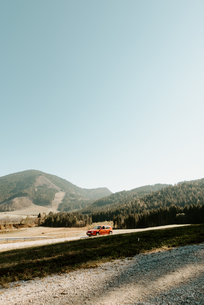 Car parked on roadside in mountain valley landscape, Hallstatt, Upper Austriaの写真素材 [FYI03623813]