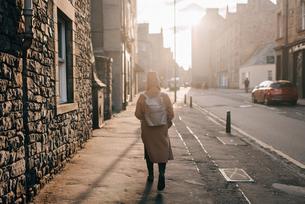 Woman walking on street, Edinburgh, Scotlandの写真素材 [FYI03623815]