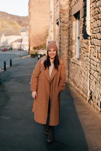 Portrait of woman on street, Edinburgh, Scotlandの写真素材 [FYI03623816]