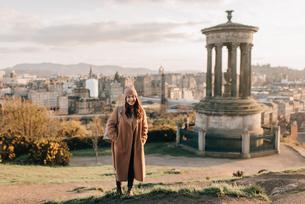 Portrait of woman near historic monument, Calton Hill, Edinburgh, Scotlandの写真素材 [FYI03623817]