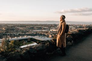 Woman enjoying view from Calton Hill, Edinburgh, Scotlandの写真素材 [FYI03623818]