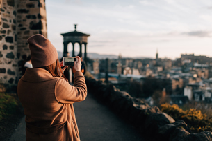 Woman taking photo from Calton Hill, Edinburgh, Scotlandの写真素材 [FYI03623820]