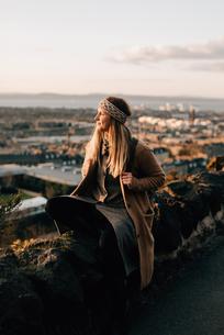 Woman enjoying view from Calton Hill, Edinburgh, Scotlandの写真素材 [FYI03623821]