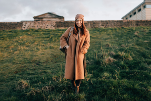 Portrait of woman on grassy hill, Calton Hill, Edinburgh, Scotlandの写真素材 [FYI03623824]