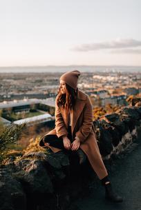 Woman enjoying view from Calton Hill, Edinburgh, Scotlandの写真素材 [FYI03623825]