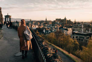 Woman enjoying view from Calton Hill, Edinburgh, Scotlandの写真素材 [FYI03623827]