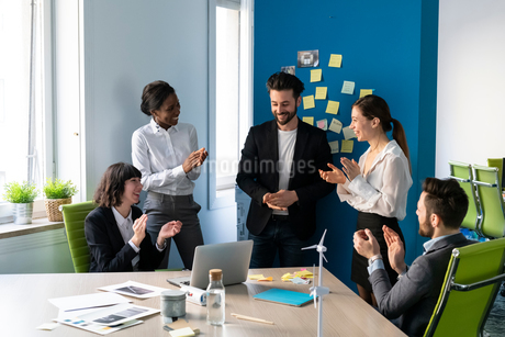 Young male and female business creative team applauding each other in office meetingの写真素材 [FYI03623894]