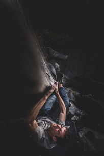 Climber bouldering in forest, Squamish, Canadaの写真素材 [FYI03624543]
