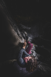 Climber bouldering in forest, Squamish, Canadaの写真素材 [FYI03624544]