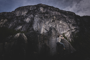 Climber bouldering in forest, Squamish, Canadaの写真素材 [FYI03624549]
