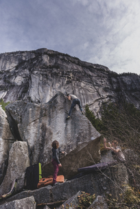 Climber bouldering, watched by friends, Squamish, Canadaの写真素材 [FYI03624551]
