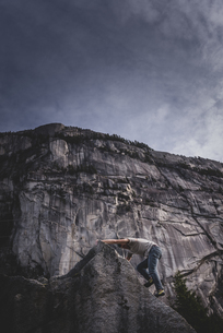 Climber bouldering in forest, Squamish, Canadaの写真素材 [FYI03624552]