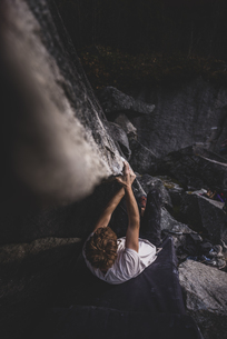 Climber bouldering in forest, Squamish, Canadaの写真素材 [FYI03624553]