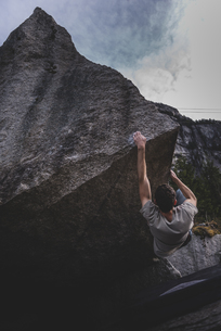 Climber bouldering in forest, Squamish, Canadaの写真素材 [FYI03624556]