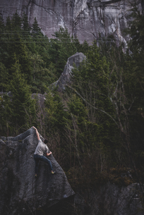 Climber bouldering in forest, Squamish, Canadaの写真素材 [FYI03624561]