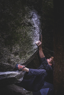 Climber bouldering in forest, Squamish, Canadaの写真素材 [FYI03624564]