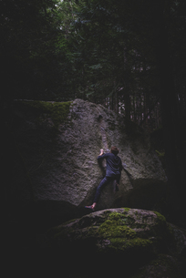 Climber bouldering in forest, Squamish, Canadaの写真素材 [FYI03624571]