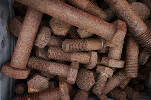 Rusty bolts on construction site, overhead close upの写真素材 [FYI03624604]