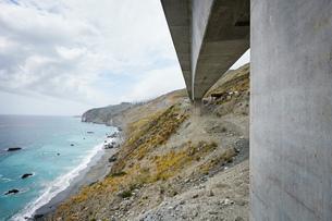 Landscape view of concrete highway 1 flyover along coast, Big Sur, California, USAの写真素材 [FYI03624606]