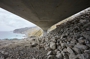 Landscape with concrete highway 1 flyover along coast, viewed below, Big Sur, California, USAの写真素材 [FYI03624608]