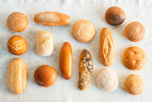 Large variety of wholemeal and white bread rolls, overhead viewの写真素材 [FYI03624609]