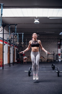 Young woman skipping in gymの写真素材 [FYI03624635]