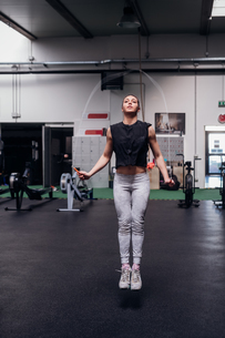 Young woman skipping in gymの写真素材 [FYI03624711]