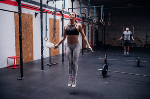 Young woman skipping in gymの写真素材 [FYI03624716]