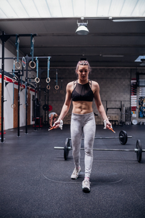 Young woman skipping in gymの写真素材 [FYI03624740]