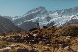 Hiker exploring wilderness, Wanaka, Taranaki, New Zealandの写真素材 [FYI03624970]