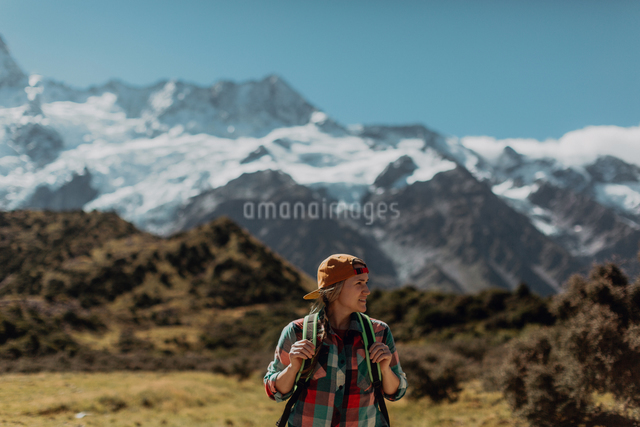 Hiker exploring wilderness, Wanaka, Taranaki, New Zealandの写真素材 [FYI03624971]
