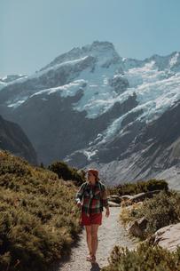 Hiker exploring wilderness, Wanaka, Taranaki, New Zealandの写真素材 [FYI03624972]