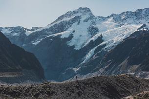 Hiker exploring wilderness, Wanaka, Taranaki, New Zealandの写真素材 [FYI03624977]