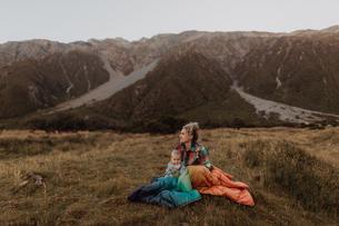 Mother and baby enjoying wilderness, Wanaka, Taranaki, New Zealandの写真素材 [FYI03624978]